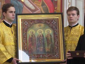 Патриарх Кирилл подарил икону трех святителей калининградскому Кафедральному собору