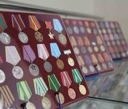 Основатель АВТОТОР подарил музею Православной гимназии коллекцию орденов, медалей и монет